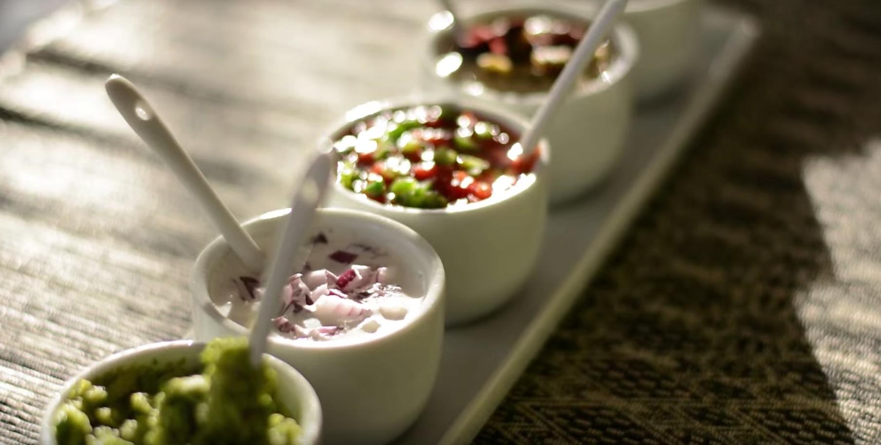 Pasta de avocado, sos de smantana vegetala cu ceapa rosie, pasta de masline, sos de rosii cu ardei verde