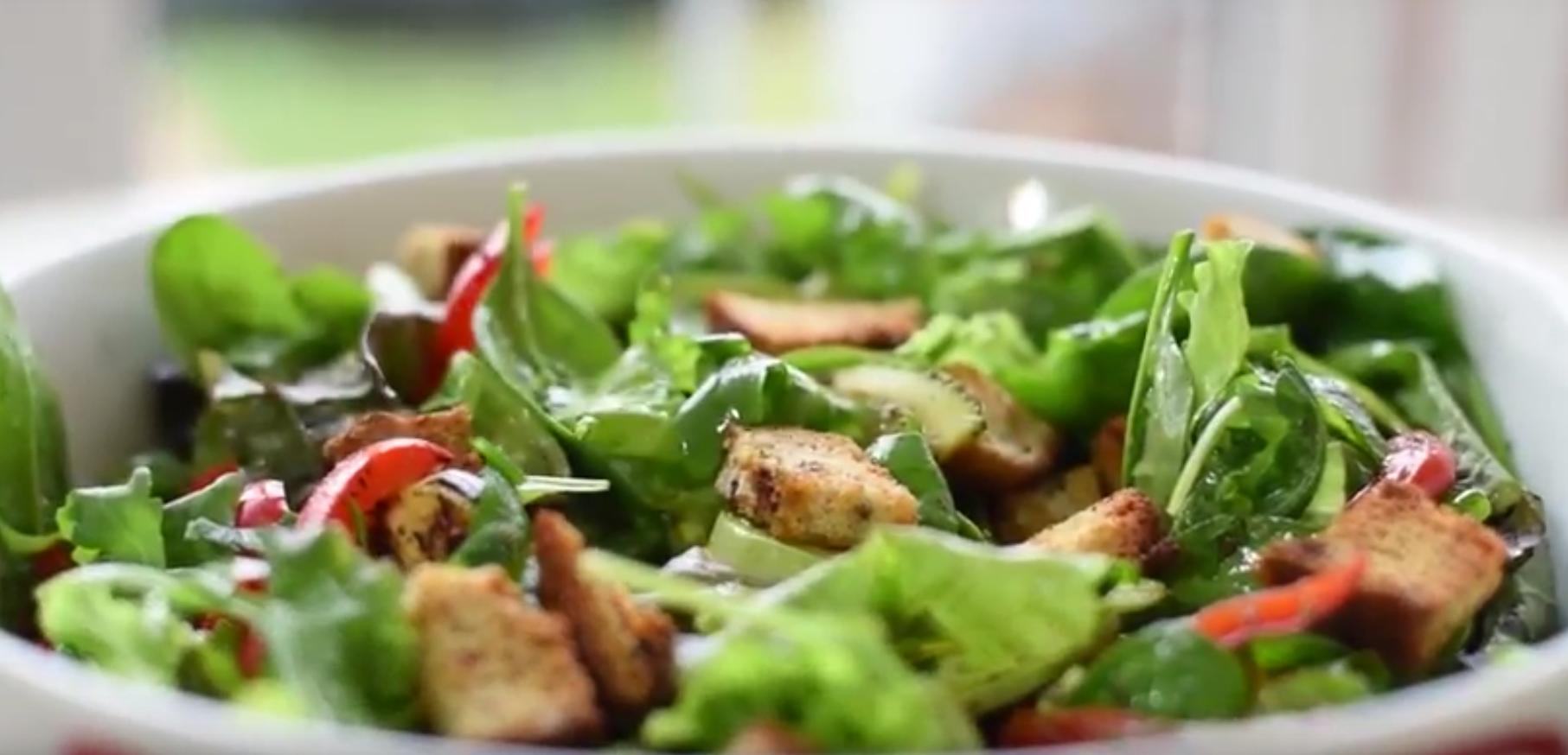 Salata de legume la gratar cu crutoane
