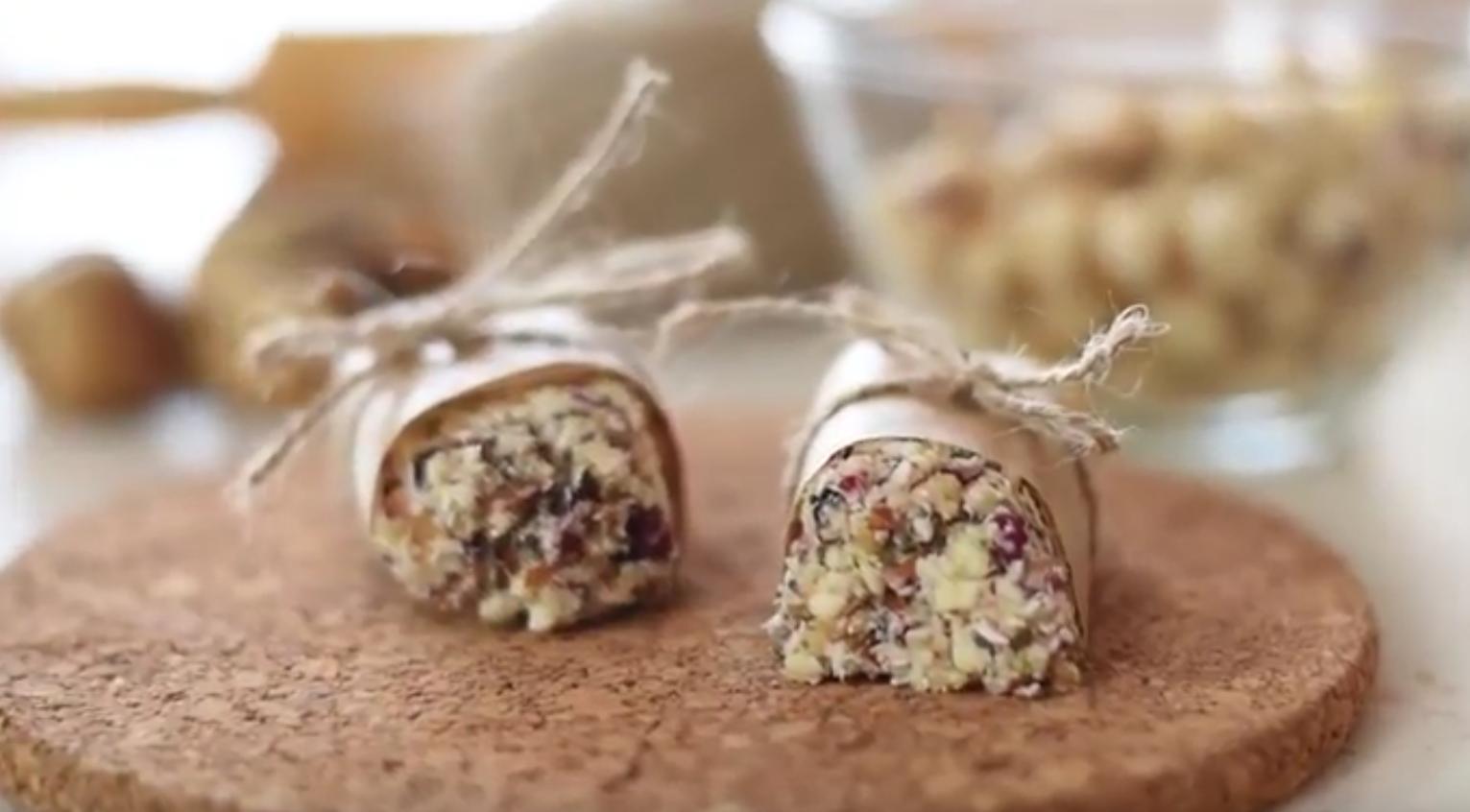Baton energizant cu alune, migdale si fructe uscate raw vegan